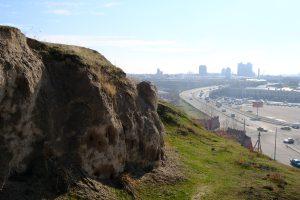 アフラースィヤーブの丘の城壁跡とサマルカンド市街地